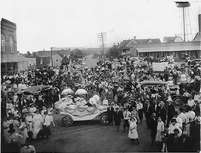 """Several hundred people of Cliffside in their Sunday best, fill the 'square' with decorated motor cars."""""""